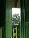 Durch die offene Tür Stockbild