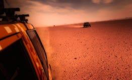 Durch die Wüste in einem Allradfahrzeug lizenzfreie stockfotos
