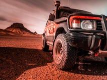 Durch die Wüste in einem Allradfahrzeug stockbilder