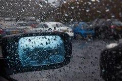 Durch ein nasses Fenster lizenzfreies stockfoto