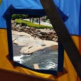 Durch ein Zeltfenster Artsphere-Festival Stockfoto