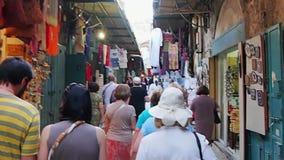 Durch eine schmale Jerusalem-Straße gehen, Israel stock video