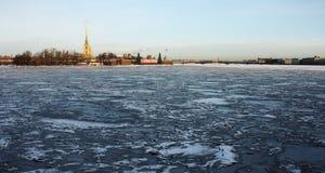 Durch Eis behinderter Fluss Neva Stockfoto