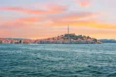 Durch Europa, Kroatien reisen Ansicht vom Meer zur Stadt von Rovinj Lizenzfreie Stockfotos