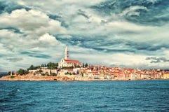 Durch Europa, Kroatien reisen Ansicht vom Meer zur Stadt von Rovinj Stockfotos