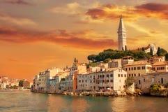 Durch Europa, Kroatien reisen Ansicht vom Meer zur Stadt von Rovinj Stockfoto