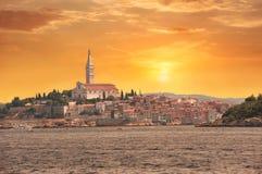 Durch Europa, Kroatien reisen Ansicht vom Meer zur Stadt von Rovinj Stockfotografie