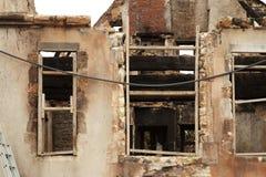 Durch Feuer beschädigter Stein und hölzernes historisches Gebäude Stockbilder