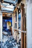 Durch Feuer beschädigtes Haus Stockbilder