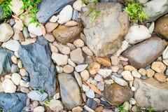Durch Granit entsteint Flusssteine, die das grüne Gras einfach wächst Kraft des Naturkonzeptes FO Stockbild