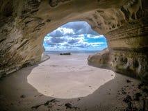Durch Höhle zum Meer nahe Takapuna heraus schauen, Auckland, neuer Zea Lizenzfreie Stockfotografie