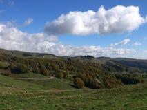 Durch Holz und Wiesen auf den Bergspitzen zum Herbst Lizenzfreie Stockfotos