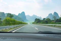Durch Karstlandschaft in Guangxi-Provinz fahren, China lizenzfreies stockbild