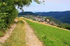 Durch schöne Landschaft nahe dem Berg Schauinsland im Schwarzwald wandern, Deutschland Stockfotografie