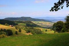 Durch schöne Landschaft nahe dem Berg Schauinsland im Schwarzwald wandern, Deutschland Lizenzfreie Stockbilder