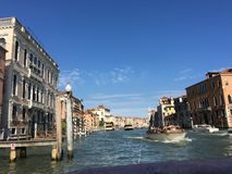 Durch Wasser entlang den Kanälen von szenischem Venedig reisen, Italien lizenzfreie stockfotografie