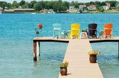 Durchaus Dock mit bunten Stühlen und Dekorationen Lizenzfreie Stockbilder