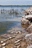 Durchaus Küstenlinie von lokalem See Lizenzfreie Stockfotos