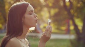 Durchbrennenluftblasen der Frau stock video