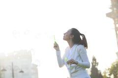 Durchbrennenluftblasen der jungen Frau Lizenzfreie Stockfotografie
