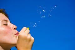 Durchbrennenluftblasen des jungen Mädchens Stockfotos