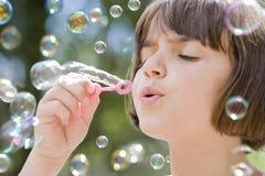 Durchbrennenluftblasen des jungen Mädchens Stockfoto