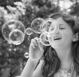 Durchbrennenluftblasen des jungen Mädchens Stockbild