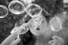 Durchbrennenluftblasen des jungen Mädchens Lizenzfreies Stockfoto