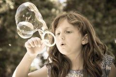 Durchbrennenluftblasen des jungen Mädchens Stockfotografie