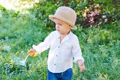 Durchbrennenluftblasen des kleinen Jungen Stockfotografie