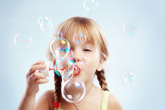 Durchbrennenluftblasen des kleinen Mädchens Stockfoto