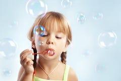 Durchbrennenluftblasen des kleinen Mädchens Lizenzfreie Stockfotografie