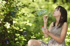 Durchbrennenluftblasen des Mädchens Lizenzfreies Stockfoto