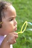 Durchbrennenluftblasen des Mädchens Stockfotos