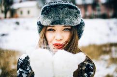 Durchbrennenschnee der jungen Frau Lizenzfreies Stockbild
