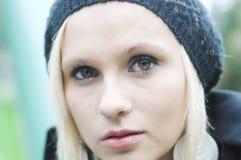 Durchbrennenschnee der jungen, schönen Frau in Richtung zur Kamera auf Winterhintergrund stockfotos