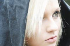 Durchbrennenschnee der jungen, schönen Frau in Richtung zur Kamera auf Winterhintergrund lizenzfreies stockfoto