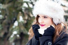 Durchbrennenschnee der jungen, schönen Frau in Richtung zur Kamera auf Winterhintergrund stockbild
