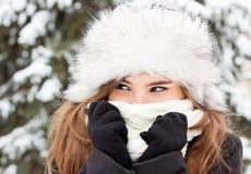 Durchbrennenschnee der jungen, schönen Frau in Richtung zur Kamera auf Winterhintergrund Lizenzfreies Stockbild
