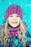Durchbrennenschnee der jungen, schönen Frau in Richtung zur Kamera auf Winterhintergrund lizenzfreie stockbilder