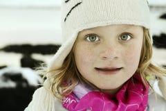 Durchbrennenschnee der jungen, schönen Frau in Richtung zur Kamera auf Winterhintergrund lizenzfreie stockfotos