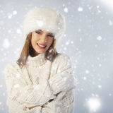 Durchbrennenschnee der jungen, schönen Frau in Richtung zur Kamera auf Winterhintergrund Stockfotografie