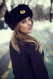 Durchbrennenschnee der jungen, schönen Frau in Richtung zur Kamera auf Winterhintergrund stockfoto