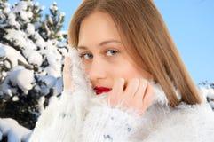 Durchbrennenschnee der jungen, schönen Frau in Richtung zur Kamera auf Winterhintergrund Junge, Schönheit Stockfotos
