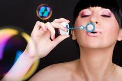 Durchbrennenseifenluftblase der Frau Stockfotografie
