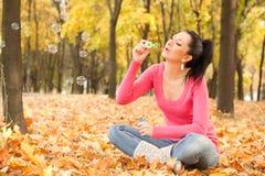 Durchbrennenseifenluftblase der Frau im Herbstpark Stockbild