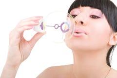 Durchbrennenseifenluftblase der jungen Frau Lizenzfreie Stockbilder