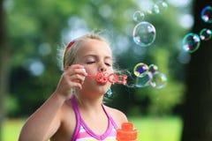 Durchbrennenseifenluftblase des kleinen Mädchens im Freien Lizenzfreies Stockfoto
