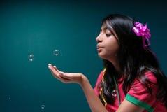 Durchbrennenseifenluftblase des Mädchens Stockbild
