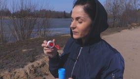Durchbrennenseifenluftblasen der Frau stock footage